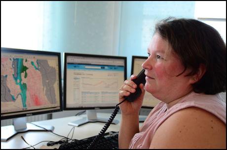 TELEFONSTORM: Meteorolog Marit Helene Jensen forteller at en del av henvendelsene hun får om sommeren kommer fra folk som er redde for lyn og torden, og som lurer på om Tor med hammeren vil besøke stedet de er på. Foto: BJØRN-MARTIN NORDBY/VG