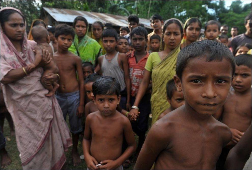 PÅ FLUKT: Indiske muslimske barn i en flyktningeleir i Assam fredag. 50 personer er drept som følge av den voldelige konflikten som har drevet hundretusener på flukt. Foto: AFP