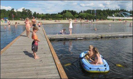 SUVERENT FOR UNGENE: Strendene rundt Umeå og Skellefteå i Nord-Sverige er svært barnevennlige, og aktivitetstilbudet er stort. Her boltrer Bodø-ungene seg under familieferien i fjor. Foto: Jørgen Amundsen