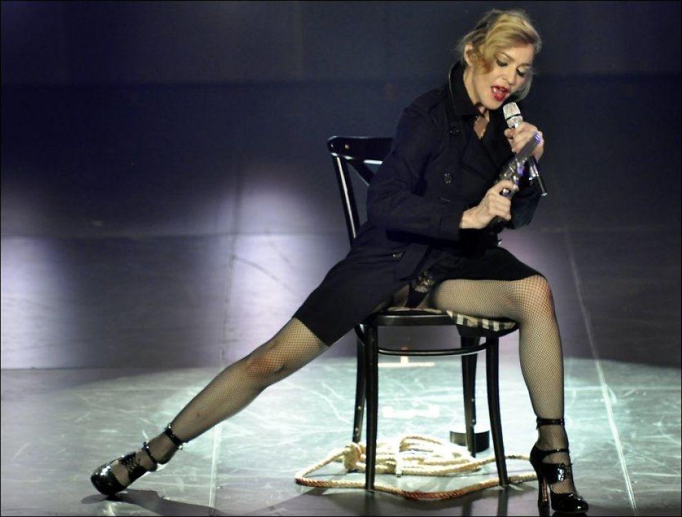 IKKE NOK: Madonnas 45 minutter lange konsert i Paris var ikke nok for fansen, som buet henne av scenen etter en 15 minuter lang prat om politikk. Foto: AP