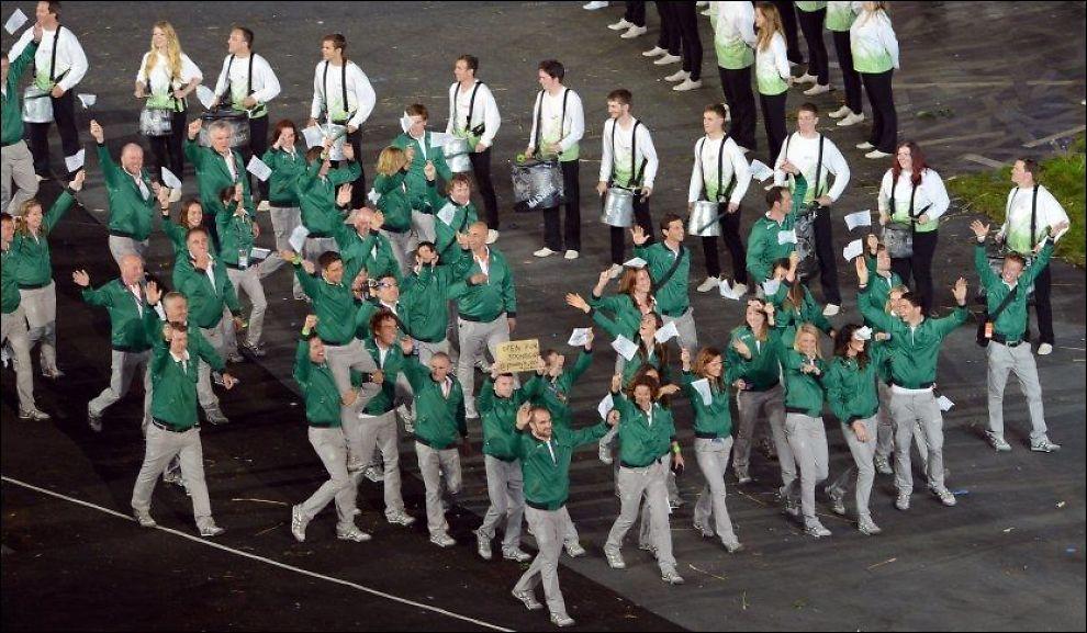 VINKET: Den irske OL-troppen vinker til publikum under åpningssermonien på Olympiastadion i London. Foto: Saeed Khan