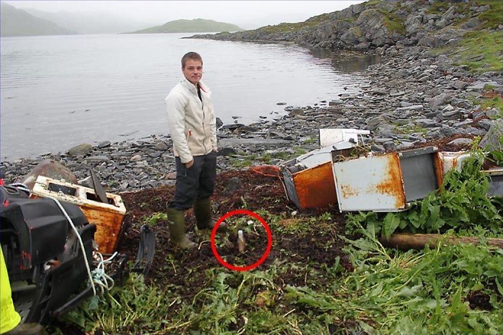 FANT BESTEFARS FLASKEPOST: Kim Arnesen (20) fant torsdag flaskeposten bestefaren og han kastet ut sammen på havet fra båt da Kim var bare ett år. Flasken ble funnet drivende i fjæra da Kim oppfylte bestefars gamle drøm om å rydde vekk gammelt skrot på yndlingsplassen hans. Foto: Privat