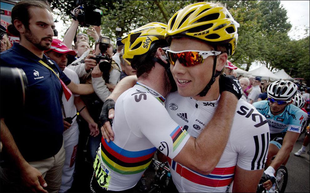 FIKK KLEM: Mark Cavendish ga Edvald Boasson Hagen en klem etter hjelpen på 3. etappe i Tour de France i år. I dag møtes de i OL. Foto: AP