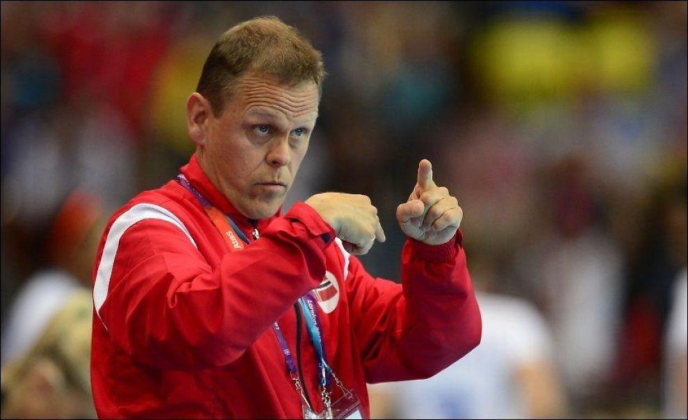 DIRIGERER: Landslagssjef Thorir Hergeirsson gir sine direksjoner til spillerne under åpningskampen mot Frankrike, en kamp som endte med tap. Foto: JAVIER SORIANO, AFP