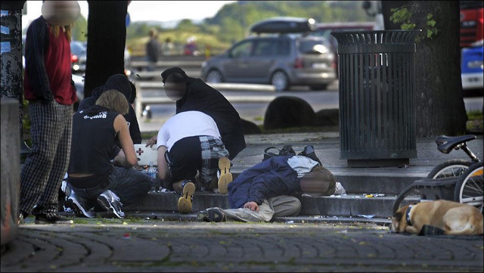 I FARE: Heroinmisbrukere står i fare for å bli smittet av forurenset heroin som blir distribuert til Norge fra Danmark og andre land i Europa. Bildet viser rusavhengige i området rundt Oslo S i fjor sommer. Foto: HELGE MIKALSEN/VG