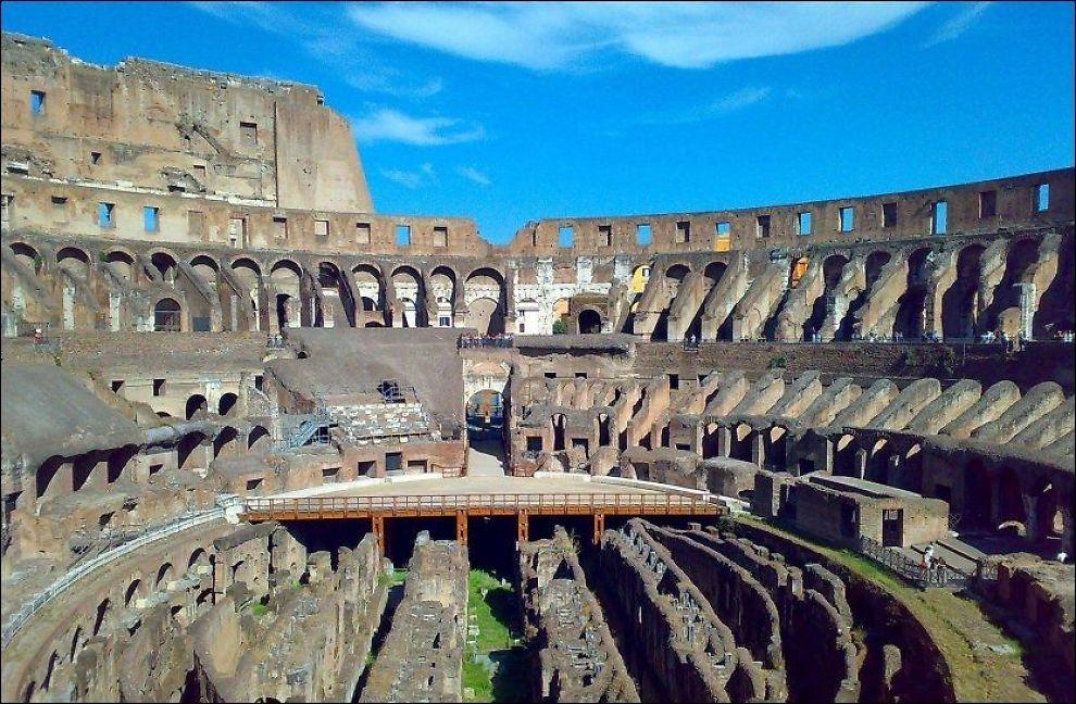 STADIG SKJEVERE: Colosseum i Roma heller stadig mer mot den ene siden. Eksperter vurderere om bygningen må ha akutte reparasjoner. Foto: YNGVE KVISTAD.