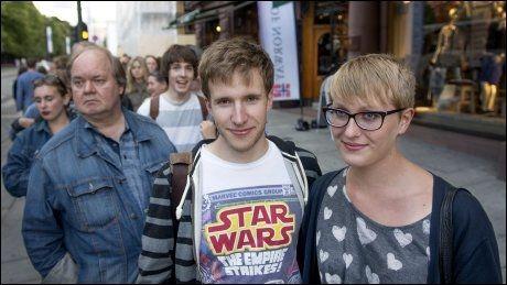 STÅR I KØ: Tor Bue (25) og Thea Grepperud (22) er stor fan av Patti Smith. Foto: Kristian Helgesen.