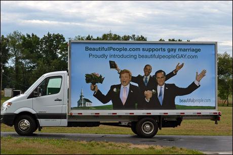 FORTSETTER REKLAMEN: To biler kjører nå rundt i USA med den originale reklamen. Foto: Beautifulpeople.com/Barcroft Media