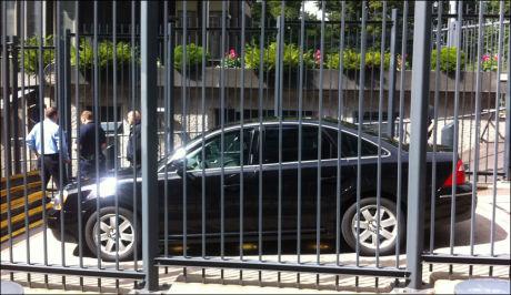 BILEN: Dette er bilen som utløste bombefrykt i Oslo sentrum etter en sikkerhetssjekk ved den amerikanske ambassaden. Foto: Fredrik Hove / Hove Media