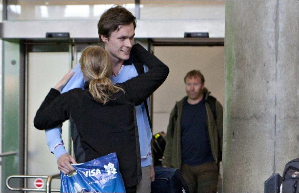 SØLVKLEM: Her får Bartosz Piasecki en velfortjent klem av lillesøster Caroline Piasecka etter at han landet på Gardermoen. Foto: Anette Karlsen / NTB scanpix