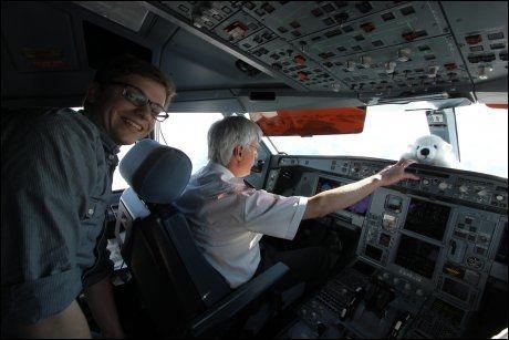 BESØK: Piloten fikk besøk under turen. Foto: FRIDTJOF MORTEN JONASSEN