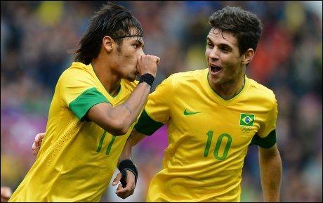 OL-STJERNE: Brasils OL-stjerne Oscar (t.h) er allerede klar for Chelsea. Nå ryktes det at klubben også vil ha Neymar (t.v). Foto: Andrew Yates, AFP