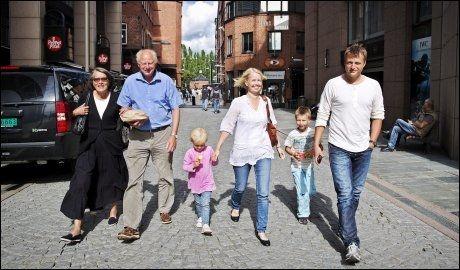 HEMMELIG VISNING: Heyerdahl-familien fikk i går se den nye Kon-Tiki-filmen for første gang. Fra venstre: Grethe, Thor, Pernille, Åshild, Thor Andreas og Thor Heyerdahl. Foto: Jørgen Braastad.