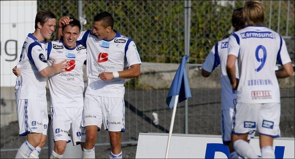 FEIRET: Haugesund-spillerne feiret lagets første scoring mot Vålerenga fredag kveld. Foto: Jan Kåre Ness, NTB Scanpix