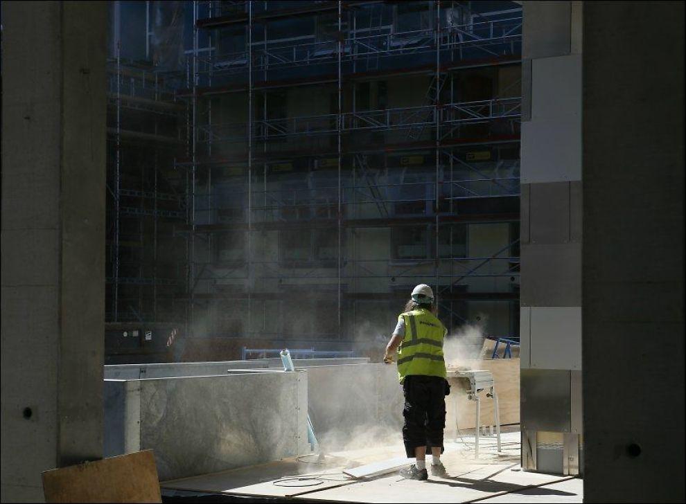 UROLIG OVER ØKT LEDIGHET: Ledigheten økte svakt fra juni til juli. Her er en bygningsarbeider i aksjon på Sørenga i Oslo. Foto: ERLEND AAS, NTB SCANPIX