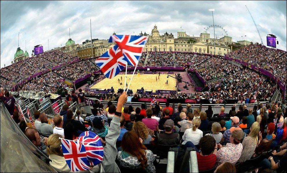GODT MARKED: Det er rift om billettene til de mest populære grenene i OL. Her fra sandvolleyballkamp mellom Storbritannia og Italia i London. Politiet på Romerike mener norske aktører ser ut til å forsøke å utnytte situasjonen. Foto: AFP PHOTO / FABRICE COFFRINI