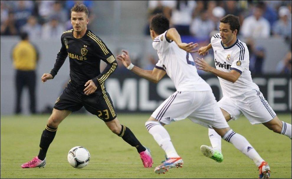 MØTTE GAMLE VENNER: David Beckham legger ballen til rette. Jose Maria Callejon og Gonzalo Higuain (t.h) prøver å stoppe engelskmannen. Foto: Danny Moloshok