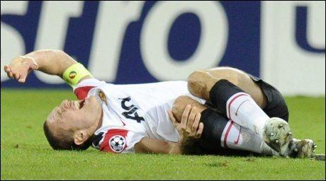 VONDT: Nemanja Vidic hadde det ikke godt da han ble skadet i kampen mot Champions League-kampen mot Basel 7. desember 2011. Foto: Laurent Gillieron, AP
