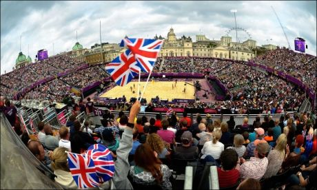 GODT MARKED: Det er rift om billettene til de mest populære grenene i OL i London. Her fra sandvolleyballkamp mellom Storbritannia og Italia. Politiet mener norske aktører ser ut til å forsøke å utnytte situasjonen. Foto: AFP PHOTO / FABRICE COFFRINI