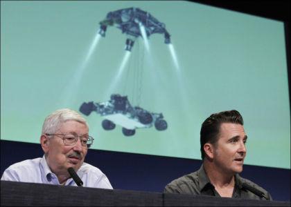 OVERVÅKER FRA NASA: Adam Steltzner i NASA (t.h.) overvåker Curiositys landing på Mars. Han forsikrer om at forhåndsprogrammering er den tryggeste måten å lande romsonden på. Her er han sammen med Pete Theisinger i NASA. Foto: Fred Prouser / Reuters
