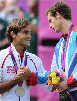 GRATTIS, KOMPIS: Roger Federer og Andy Murray under medaljeseremonien. Foto: AP