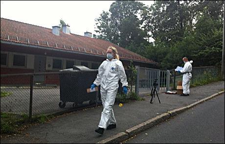 GRUNDIG: Åstedsgranskere fra politiet i Oslo var søndag kveld på plass ved barnehagen. Det etter at mannskaper har saumfart området mesteparten av dagen. Foto: Nanna Johannessen