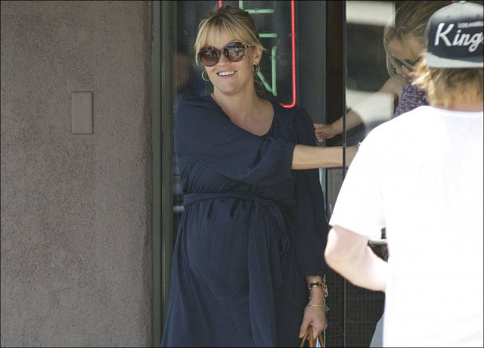 ALLE GODE TING ER TRE: I høst blir skuespiller Reese Witherspoon mamma for tredje gang. På lørdag var hun på lunsj med en venninne. Foto: wenn.com