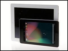"""Om ikke Google Nexus 7 kan kalles """"lommevennlig"""", så har den i hvert fall et mer hendig format enn iPad (bak). Skjermen er i 16:10-format, mens iPad har 4:3-format, noe som gjør Nexus-skjermen bedre tilpasset film. (Foto: Kurt Lekanger, Amobil.no)"""
