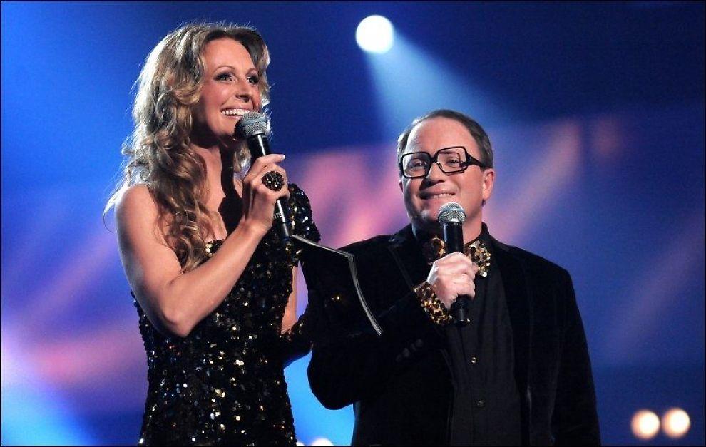 OVER OG UT: Programlederduoen Marte Stokstad og Per Sundnes har vært Melodi Grand Prix' ansikt utad. Nå må NRK finne nye programledere. Foto: SCANPIX