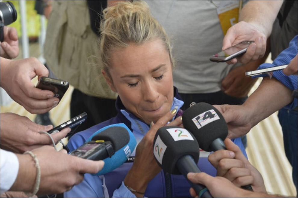 GRÅTKVALT: Ingvill Måkestad Bovim forteller pressen at hun må avbryte OL på grunn av en delvis avrevet akillessene. Foto: Bjørn S Delebekk