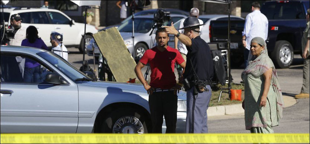 UKLART MOTIV: Ingen vet med sikkerhet hvorfor en mann skjøt vilt rundt seg på et sikhtempel i USA søndag, men organiasjoner som overvåker ekstreme miljøer mener han var nynazist. Bildet viser en politoffiser utenfor tempelet mandag. Foto: AP