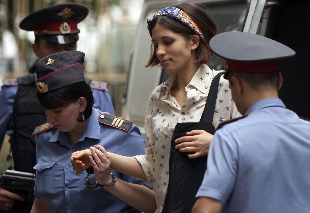 TIL RETTEN: Nadezhda Tolokonnikova, en av medlemmene i det feministiske bandet Pussy Riot, blir eskortert til retten i Moskva i Russland tirsdag. Foto: Alexander Zemlianichenko/AP