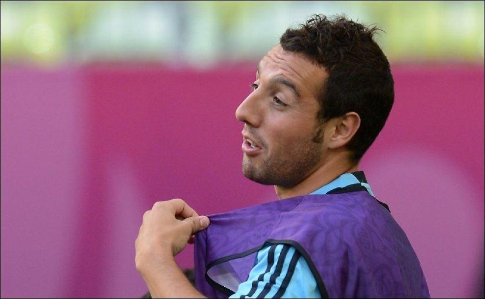 BYTTER BEITE: Santi Cazorla, her på Spania-trening under EM, bytter ut La Liga med Premier League. Foto: Christof Strache, Afp
