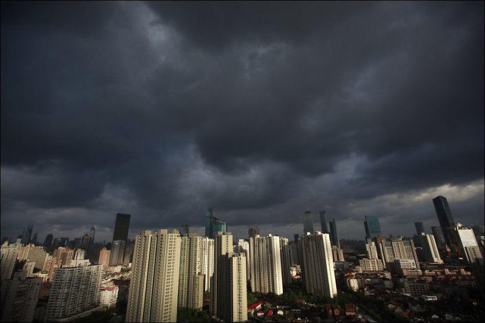 DYSTERT SKUE: Det er ventet at tyfonen Haikui når østkysten av Kina tirsdag kveld eller onsdag morgen. 200.000 er evakuert fra Shanghai (bildet): Foto: Aly Song / Reuters / NTB scanpix