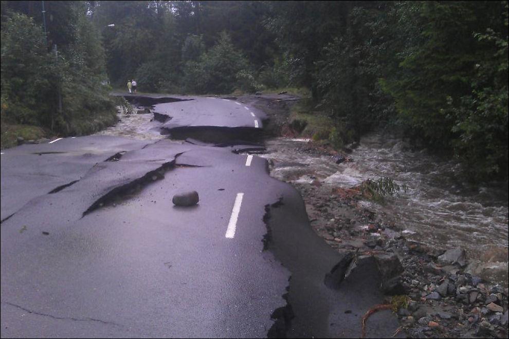 VEIEN VEKK: Veien ved Skotelv i Øvre Eiker har blitt skylt vekk under ekstremværet Frida. Foto: Christian Dalbakk