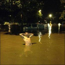 FUKTIG I MJØNDALEN: I går kveld kunne Mikkel Heyerdahl Klausen (19) bade i vannmassene i Mjøndalen sentrum. Foto: Emil Jørgensen