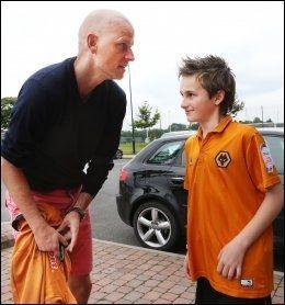 AUTOGRAF: Daniel (12) sikrer seg autograf av Ståle Solbakken utenfor Wolverhampton sitt treningsfelt. Foto: Erik Johansen / NTB scanpix