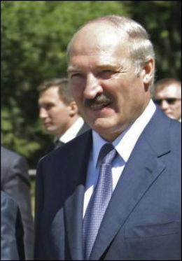 KASTER UT SVENSKENE: Teddybjørnstuntet til det svenske reklamebyrået falt ikke i god jord hos Aleksandr Lukasjenko. Nå kaster han ut alle svenske diplomater fra landet. Foto: NTB scanpix