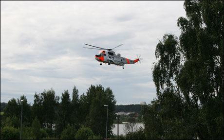 SØKER: Et Sea King helikopter søkte i området ved Østensjøvannet onsdag formiddag. Foto: MARIA MIKKELSEN/VG