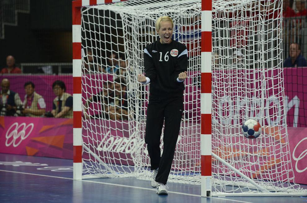 SLO TILBAKE: Katrine Lunde Haraldsen sto en kjempekamp i det norske målet da Sør-Korea ble slått i OL-semifinalen. Foto: Bjørn S. Delebekk, VG