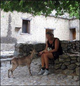 LANDSBYEN: I den fraflyttede Samaria-landsbyen ligger førstehjelpsstasjonen. Der spiser mange også dagens niste, som de ofte må dele med stedets kri-kri-geiter. Foto: ANNE BERGSET OIKINOMAKIS