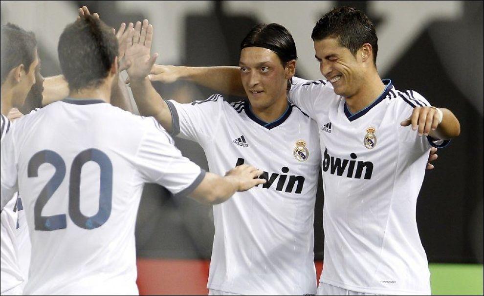 BLINK, BLINK: Cristiano Ronaldo viste seg som en luring - her blir han gratulert av Mesut Özil og Gonzalo Higuain. Foto: Adam Hunger, Reuters