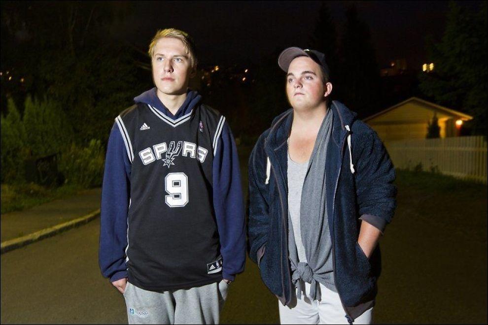 FANT EIENDELER: Sindre (15) og Lars (20) fant Sigrids sko, sokk og telefon natt til søndag. Foto: Frode Hansen, VG
