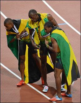 HELTER: Fra v. Warren Weir, Usain Bolt og Yohan Blake feirer trippelseieren på Olympiastadion i London. Foto: JEWEL SAMAD, Afp