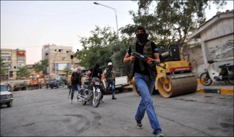 KAMPER I ALEPPO: Bildet viser en syrisk opprører under kampene i Aleppo. Den frie syriske hær ser ikke kampen mot regjeringshæren som tapt, på tross av at de presses ut av Aleppo. Foto: AFP