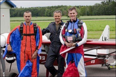 LUFTENS HELTER: Fra venstre: Vingedraktflyger Jan Petter Larsen, pilot Reidar Berntsen og vingedraktflyger Terje Halvorsen.