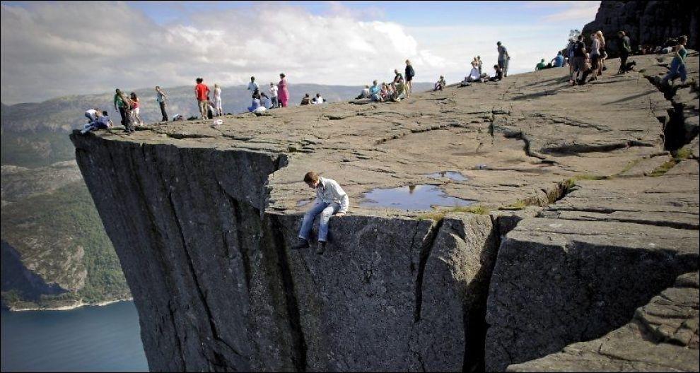 PREIKESTOLEN:Platået ved Lysefjorden er kåret til landets mest populære fjelltur av Turistforeningen. Foto: KRISTIAN HELGESEN.
