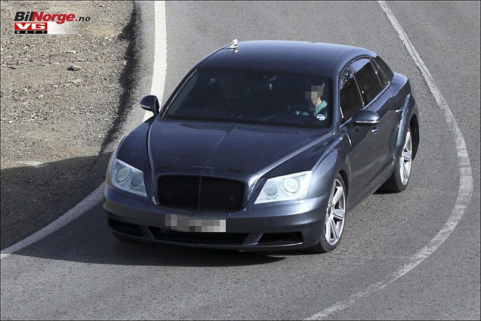 MASKERADE: Testteamet fra Bentley har forsøkt å få neste generasjon Continental Flying Spur til å se ut som Mercedes S-Klasse. Et trenet øye vil likevel raskt avsløre at dette dreier seg om britisk luksus. Foto: Carparazzi/BilNorge.no