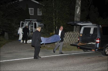 FRAKTET BORT: Natt til torsdag ble den døde kvinnen fraktet bort. Foto: ROBERT S. EIK/VG