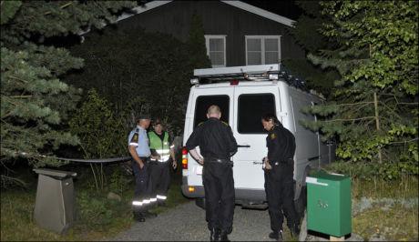 MYSTISK: Kripos på stedet der en kvinne ble funnet død onsdag kveld. Politiet vet fortsatt ikke hvem de har funnet eller hva som har skjedd. Foto: ROBERT S. EIK